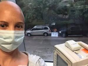 Ne pouvant pas accompagner sa femme en chimio, il l'attend devant la fenêtre avec des messages d'amour