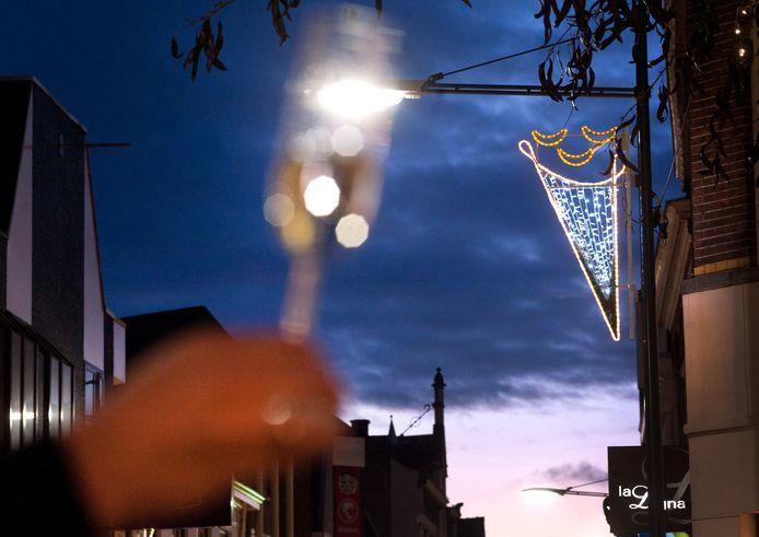 De nieuwe feestverlichting in het centrum van Oosterhout is in gebruik genomen met een champagnetoost.