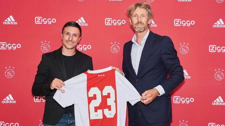 Edwin van der Sar (rechts),  algemeen directeur van Ajax, met Steven Berghuis, de nieuwe aanwinst van de club. Beeld Photo Ajax Jesper de Boer
