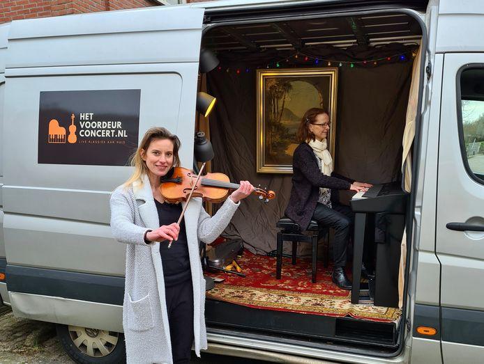 Camilla van der Kooij (viool) en Josje Goudswaard (piano) geven voordeurconcerten vanuit een busje