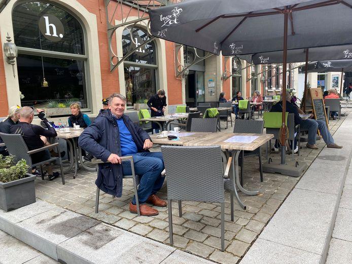 Burgemeester Manu Claes op het terras van 'De heerlyckheid'.