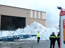 Brand in loods van recyclebedrijf op Urk, brandweer met hoogwerker ter plaatse