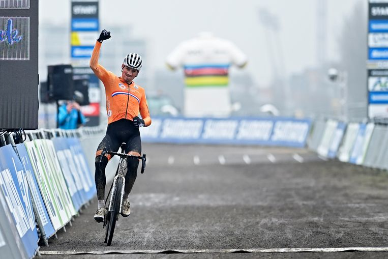 Mathieu van der Poel won in Oostende het WK veldrijden 2021.  Beeld Photo News