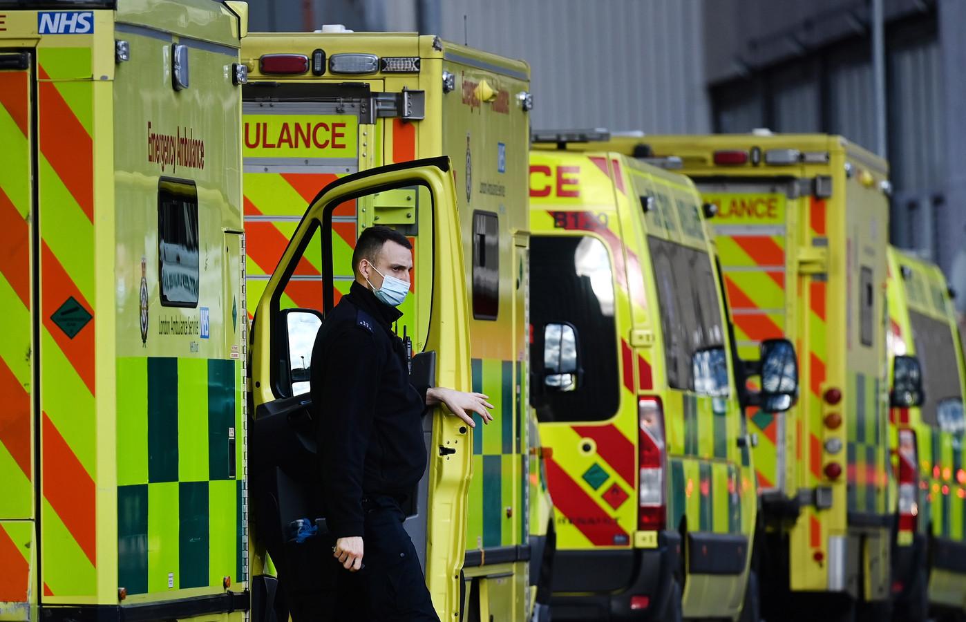 Ziekenhuizen vrezen voor files van ambulances zoals hier bij het Royal London hospital in Londen. Volgens hoogleraar zorgeconomie Marcel Canoy doet Nederland te weinig om dit te voorkomen.