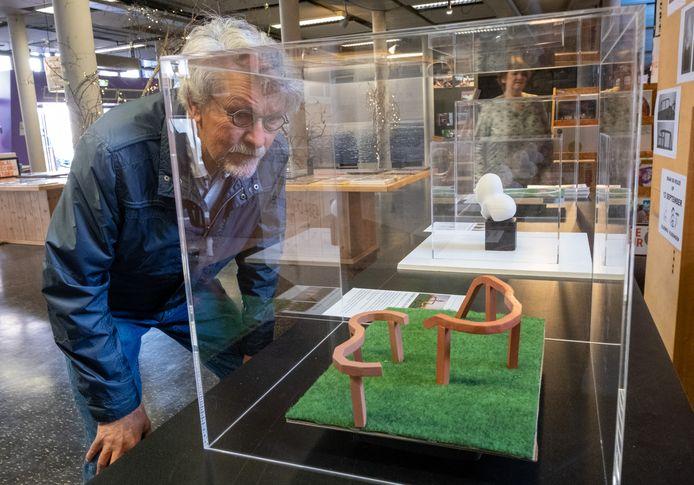 Ko de Jonge bij de modellen van de kandidaat-objecten in het Kunstpark Vlissingen. De drie modellen zijn te zien in de voormalige bibliotheek 't Spui tot de verkiezing op 12 september.