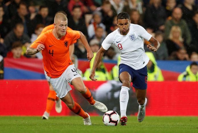 Rick van Drongelen duelleert in september 2018 als speler van Jong Oranje met de Engelse spits Dominic Calvert-Lewin.