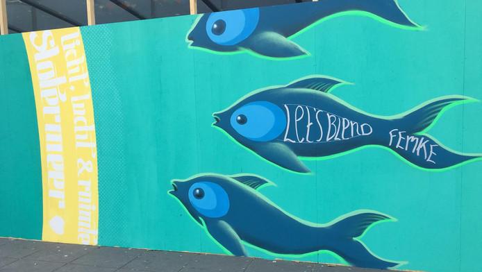 De schildering, een pauw omringd met vissen staat voor het trotse gevoel van ondernemers en bewoners.