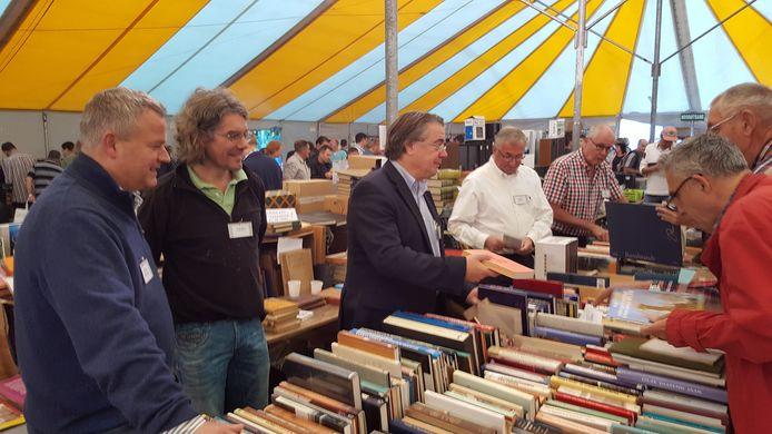 vlnr. Mark van Stappershoef, Frank Hoes en Wim van de Donk bij de boeken.