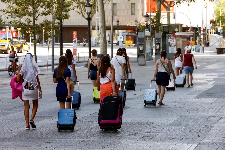 Een groep toeristen vorig jaar bij de Plaza Catalunya in hartje Barcelona.  Beeld EPA
