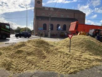 Tractor verliest lading maïs op rondpunt in Sint-Martens-Leerne