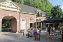 Het terras van de jeugdherberg van Rhijnauwen, naast het poortgebouw dat toegang geeft tot het landgoed.