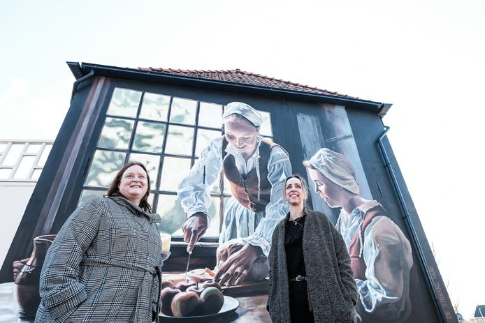 Voorzitter van de Werkgroep Promotie Groenlo Joske van Huet en initiatiefneemster Natasja Scharrenburg bij de muurschildering in Groenlo.