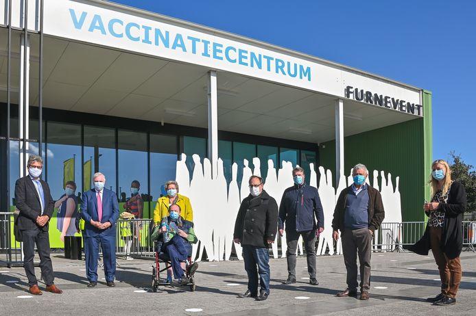 De vijf burgemeesters en de verantwoordelijke van het vaccinatiecentrum maakten er een feestelijk momentje van