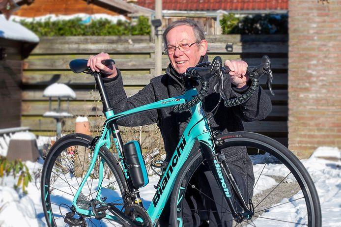 Rens Meesters, gepensioneerd maar nog vaak op pad met racefiets of mountainbike, heeft een boek geschreven. Daarin staat wielrennen centraal.