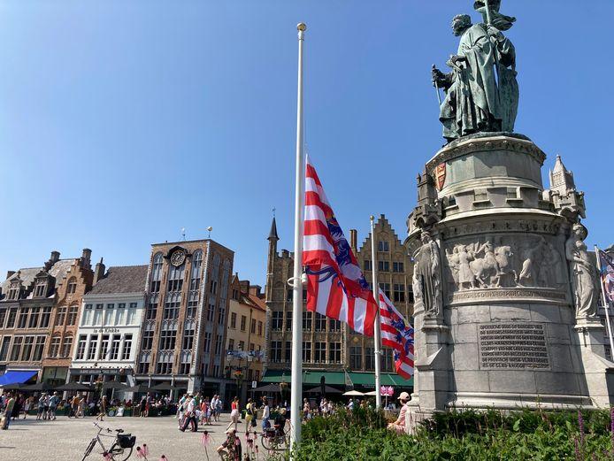 Vlaggen hangen halfstok op de Markt in Brugge.