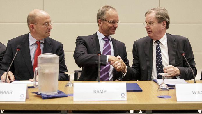 Minister Kamp (midden) bij ondertekening van het Nationaal Energieakkoord vorig jaar september. Volgens Eneco houdt Minister Kamp zich niet aan de afspraken uit het akkoord, waarbij kabinet, vakbonden, werkgevers en milieuorganisaties waren betrokken.
