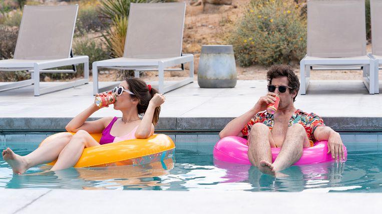 We treffen de liefjes drijvend in het zwembad met een biertje in de hand. Beeld
