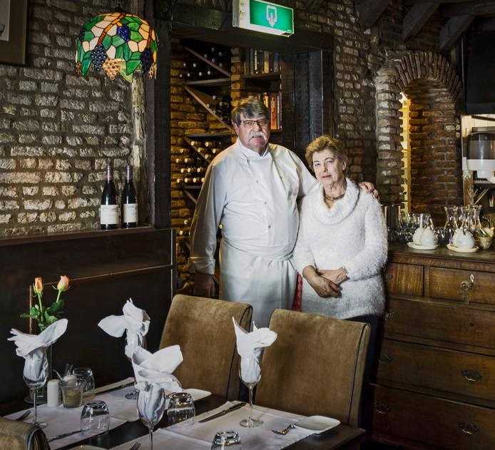 Ton van Maagdenberg en zijn vriendin Marijke in De Pepermolen. Restaurant verstopt in de Korte Boschstraat waar tot sluiting in 2016 de (h)eerlijkste maaltijden werden bereid die Ton zelf maakte