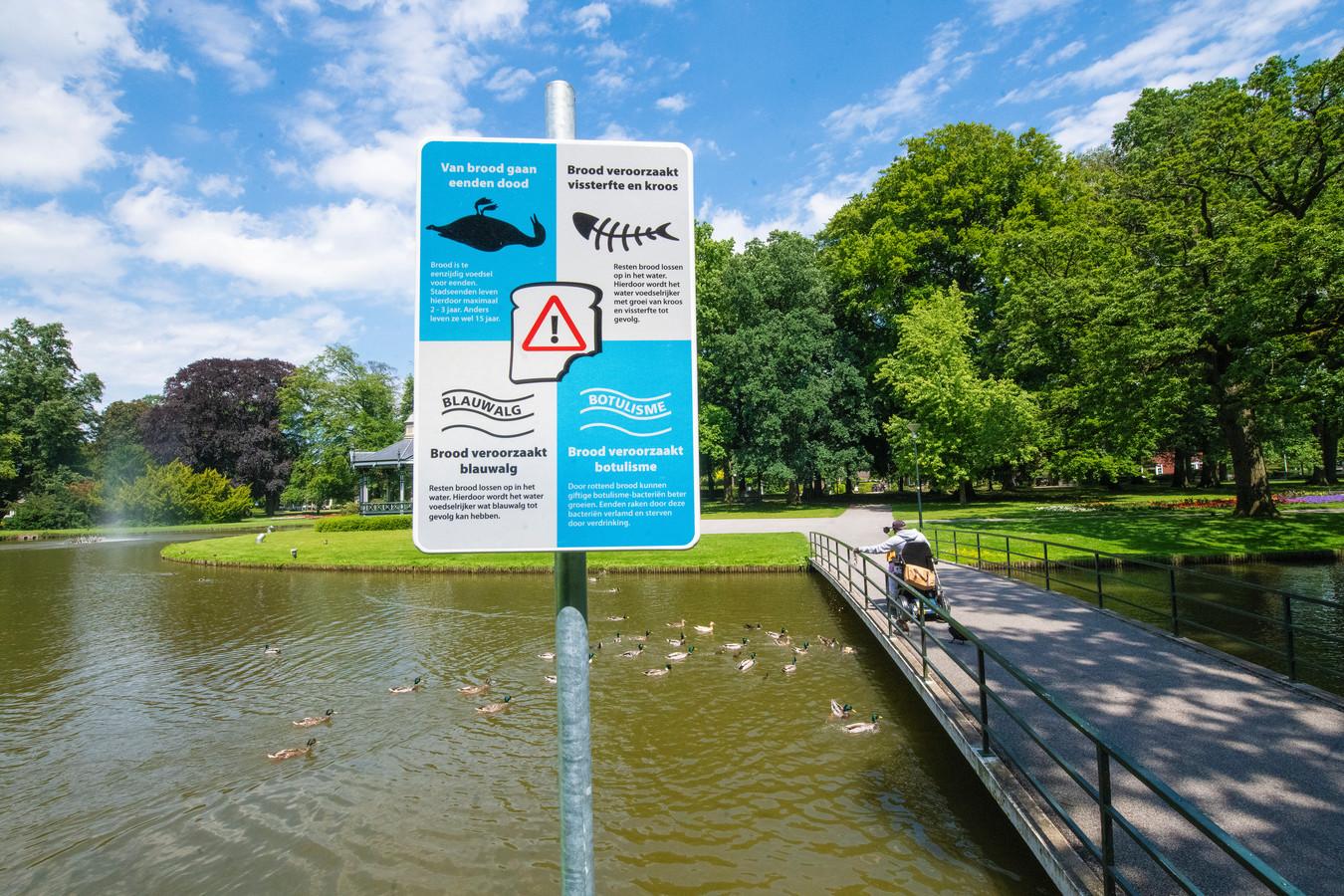 Het nieuwe bord, onder meer te zien in het Oranjepark, moet er voor zorgen dat er minder broodresten in de Apeldoornse vijvers belanden.