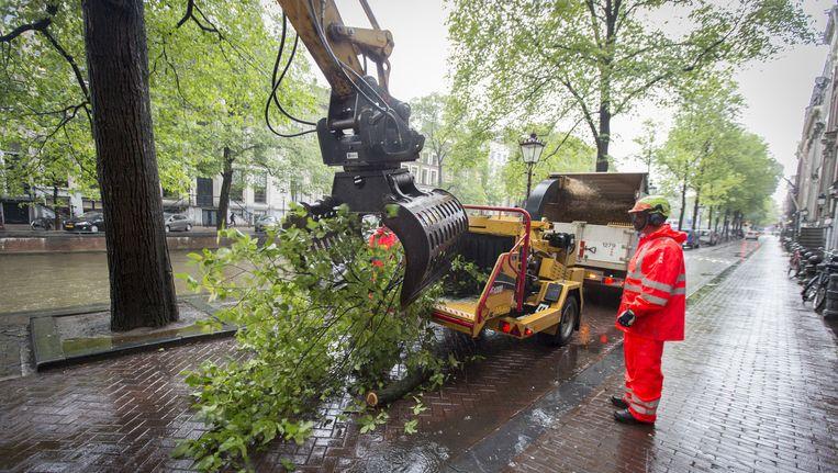 De reinigingsdienst op de Herengracht na de zomerstorm van 2015. Beeld anp