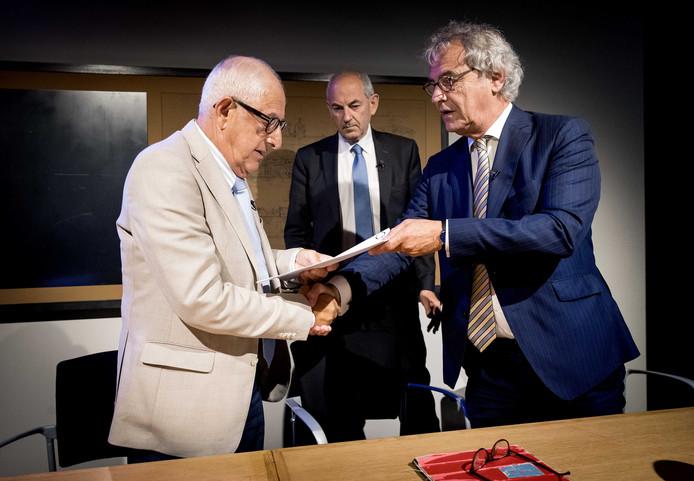 Roger van Boxtel met Salo Muller (links) vanmiddag bij de bekendmaking van de compensatieregeling voor Holocaust-overlevenden en hun directe nabestaanden. In het midden Job Cohen van de onderzoekscommissie.