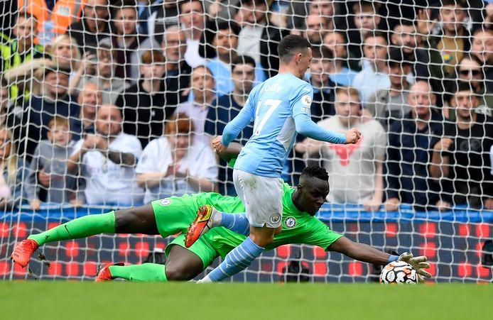 Chelsea-doelman Edouard Mendy houdt Mancheser City-aanvaller Phil Foden van scoren af.