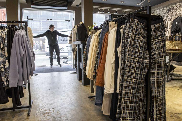 Een winkel in Klazienaveen opent op 2 maart heel even de deuren uit protest. Beeld ANP