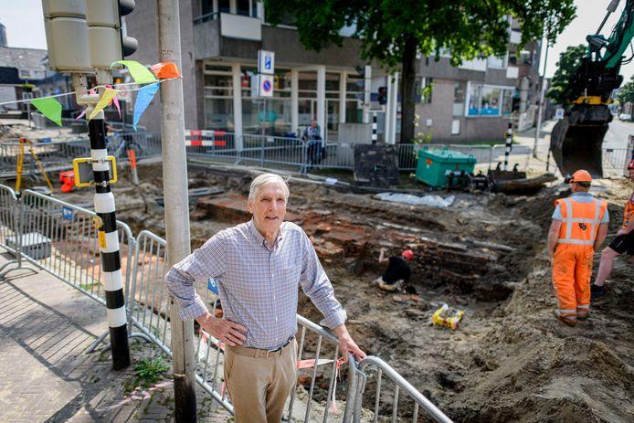 Theo Brand op de plek waar vroeger de buitenpoort van de Deurningerpoort stond.