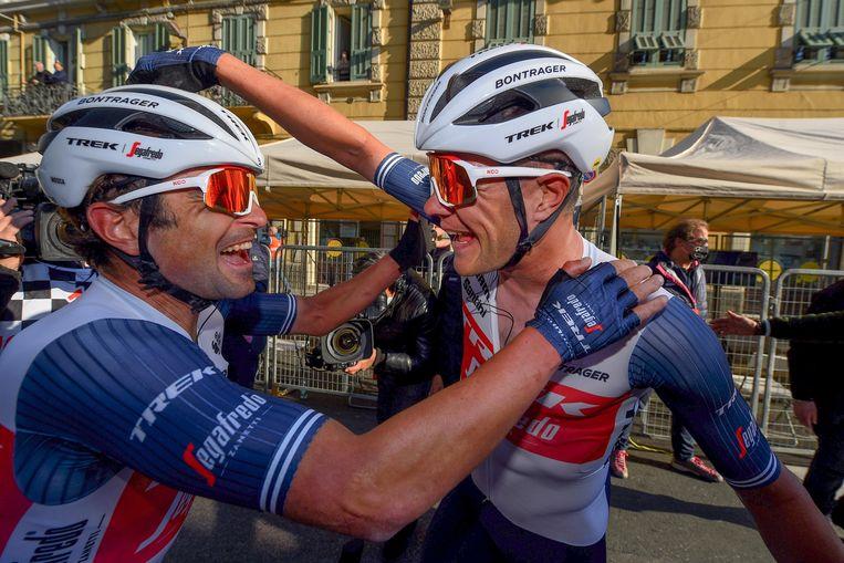 Jacopo Mosca (l.) feliciteert zijn kopman Jasper Stuyven op de Via Roma. Beeld Photo News