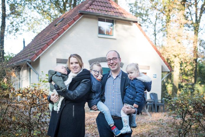 Het echtpaar Schraven-Van Vooren neemt de huisartsenpraktijk van Schmeets in Vriezenveen over. Schmeets is een tijdje terug plotseling overleden. Ze wonen nu tijdelijk op bungalowpark De Tolplas.