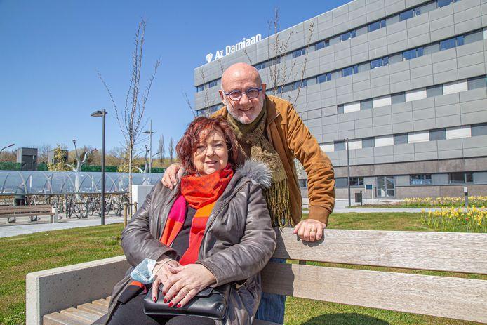 """Anneke Verkouille en haar man Johan Devylder brengen een dappere getuigenis over haar coronabesmetting. """"Dankzij de zorgen van het AZ Damiaan kom ik dit te boven."""""""