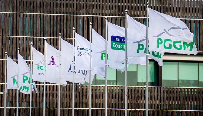Vlaggen van diverse pensioenfondsen wapperen voor het hoofdkantoor van pensioenbelegger PGGM in Zeist.
