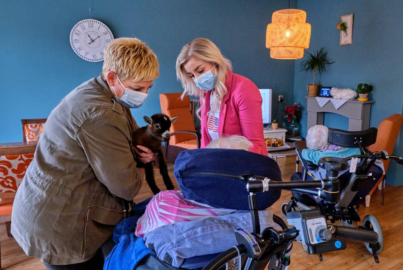 Jannie (links) en Melissa Engels (rechts) werken samen op woonzorglocatie 't Waellant. In de middag staat de activiteit 'geitjes knuffelen' op de planning bij een woongroep.