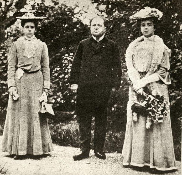 De Nederlandse staatsman Abraham Kuyper(1837-1920) met twee dochters, 1917. Beeld null