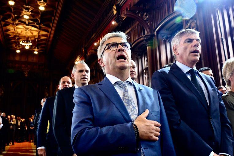 Kris Van Dijck (N-VA) met zijn tijdelijke opvolger als voorzitter, Filip Dewinter (Vlaams Belang). Beeld Tim Dirven