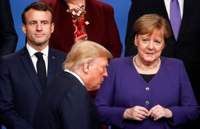 Trump passeert Macron en Merkel op de vorige NAVO-top. De Europeanen proberen de controversiële acties van de VS-president voorlopig te counteren met diplomatie. Beeld AFP
