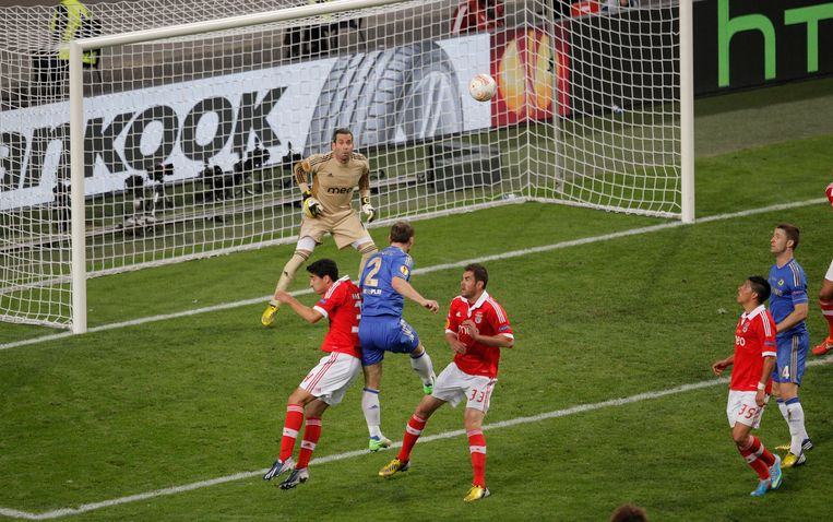 Chelsea's Branislav Ivanovic, from Serbia, center, scores the winning goal during the Europa League final soccer match between Benfica and Chelsea at ArenA stadium in Amsterdam, Netherlands, Wednesday May 15, 2013. (AP Photo/Peter Dejong) Beeld AP