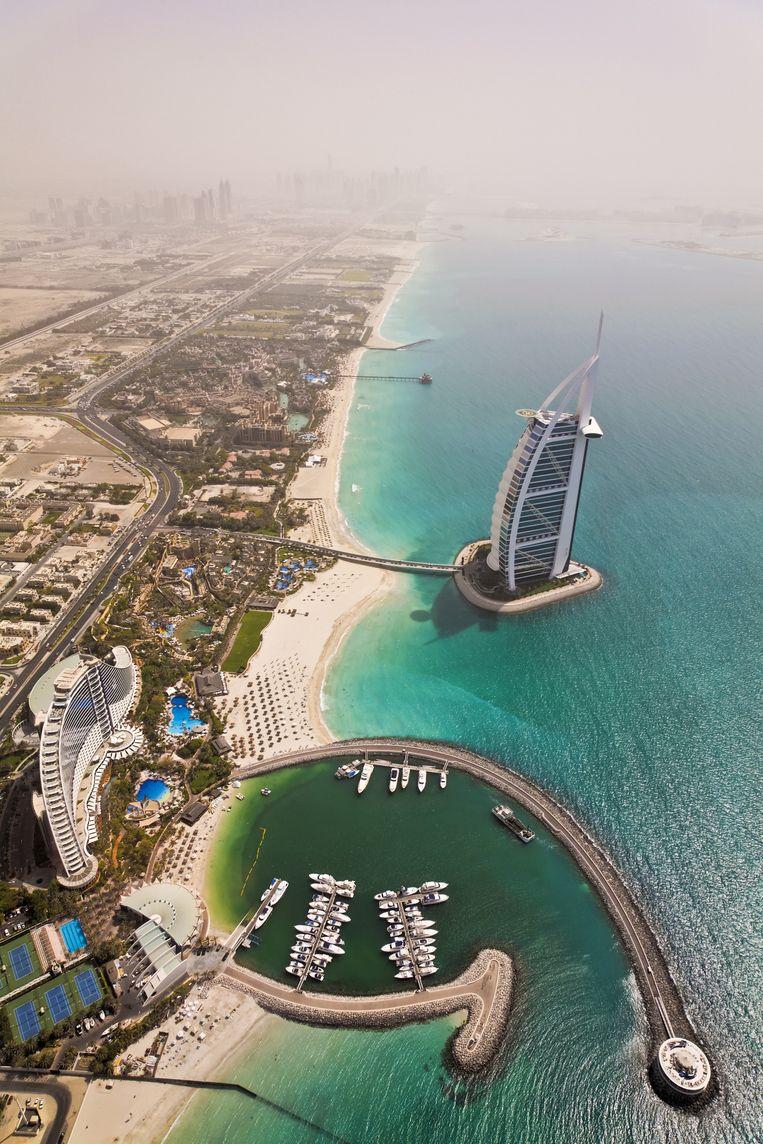 Het Burj Al Arab hotel in Dubai: zeven sterren en gebouwd als een zeil. Beeld Getty Images