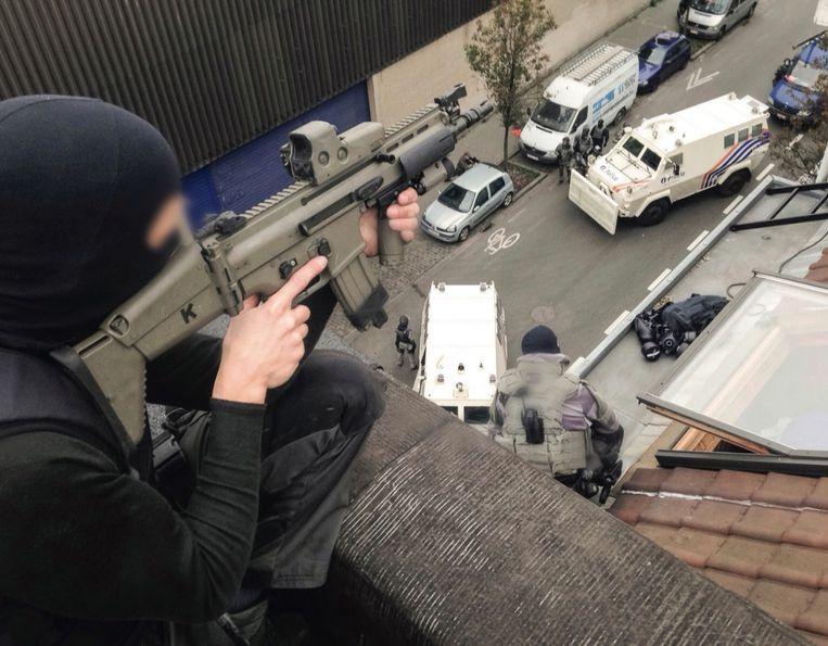 Tijdens de eerste huiszoeking in Molenbeek na de aanslagen in Parijs. Beeld vtm