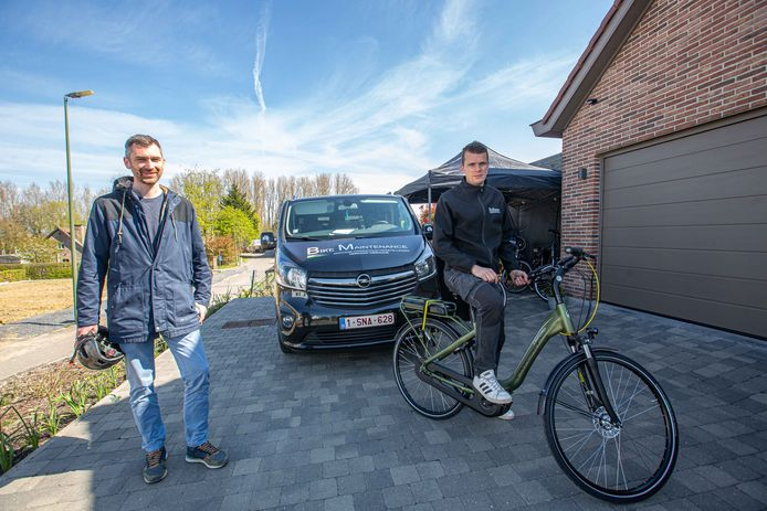 Mobiliteitsschepen Simon De Boeck (CD&V) en Kenneth Kieckens van Bike Maintenance.