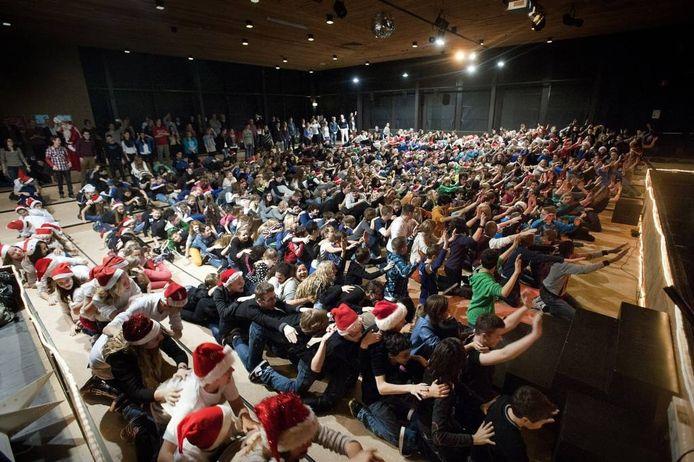 In de aula van de KSE vallen vijfhonderd brugklassers om als levende dominostenen. foto Ron Magielse/het fotoburo