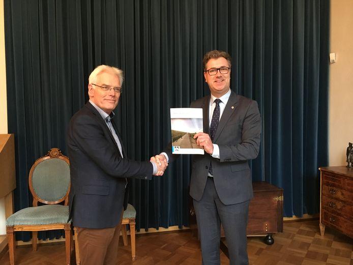 Dick van der Wouw overhandigt rapport aan gedeputeerde Harry van der Maas (r).