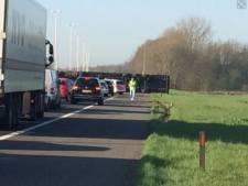 Verkeer staat uren vast door gekantelde vrachtwagen op A50