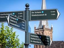 De binnenstad van Steenwijk wordt stapje voor stapje aantrekkelijker, bijvoorbeeld met deze nieuwe borden