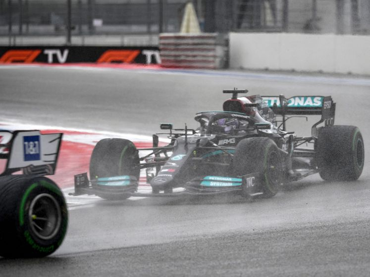 Hamilton rijdt vleugel stuk bij kwalificatie Sotsji