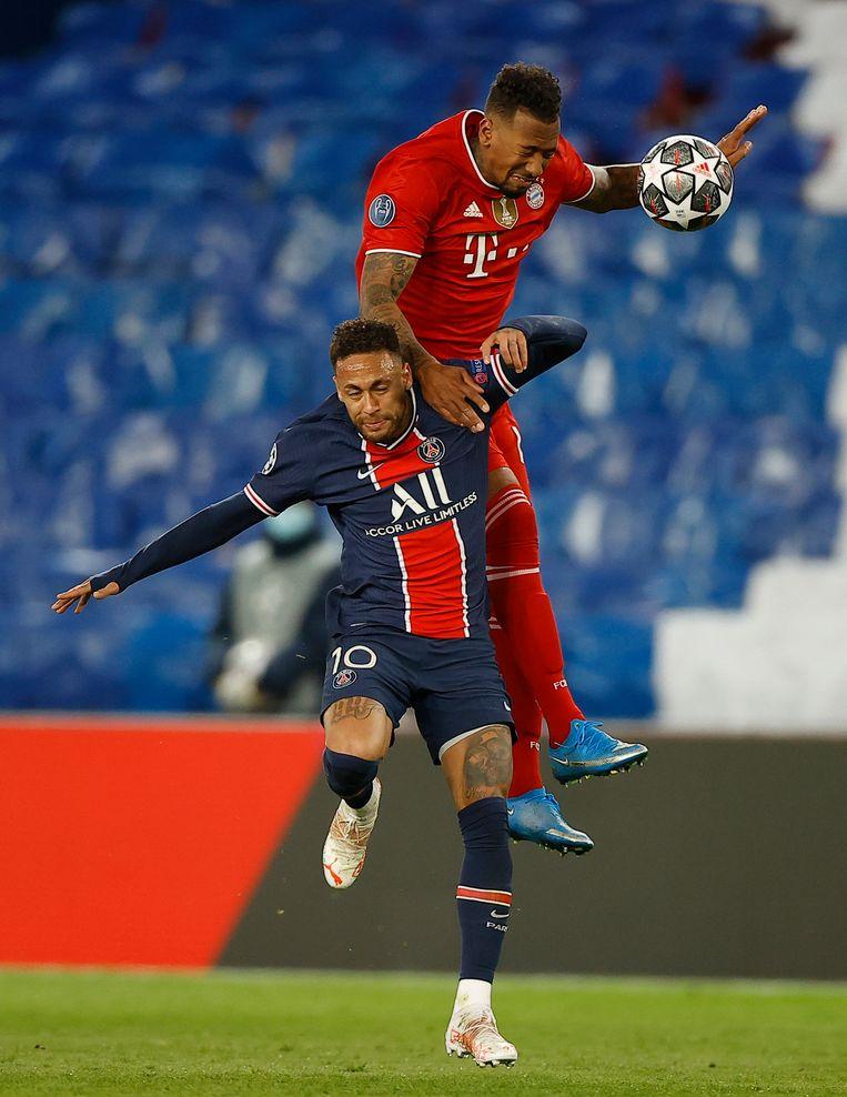 Boateng in duel met Neymar, uitblinker van de thuisploeg. Beeld EPA