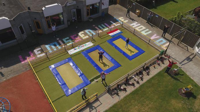 Geen kinderen maar grote mensen op de trampolines van speeltuin Lammerenburcht in Vlissingen. Het is ongewoon stil deze dagen in de speeltuin. De vrijwilligers laten weten dat ze kinderen missen.