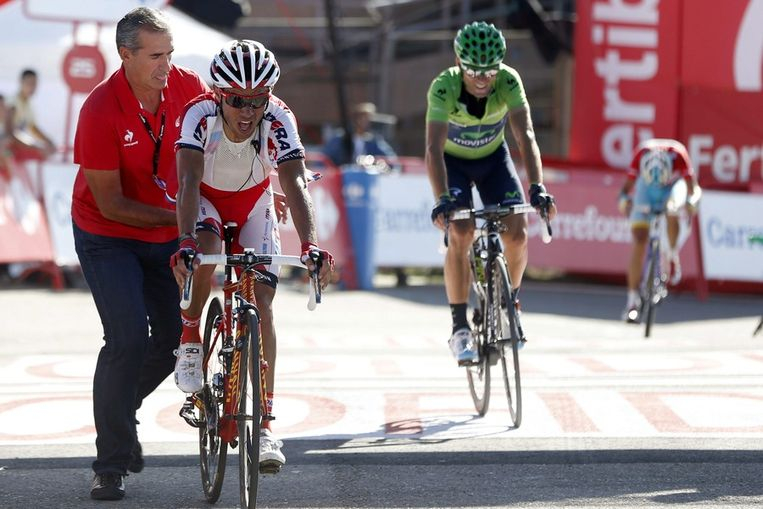 Rodriguez en Valverde druipen binnen, in de achtergrond vecht Nibali voor elke morzel Beeld EPA