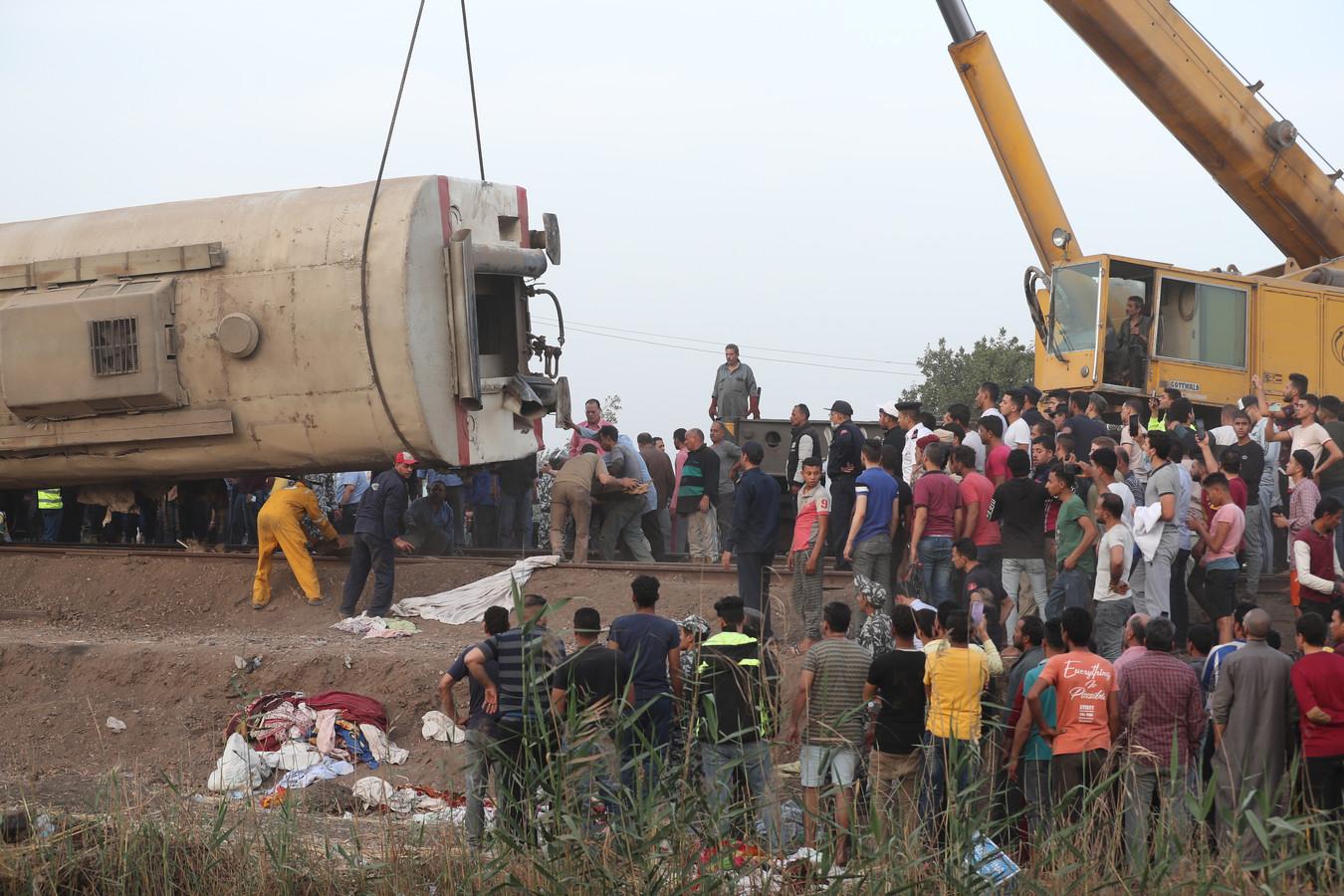 Reddingswerkers zoeken onder de wagons naar mogelijke slachtoffers.