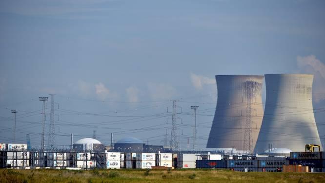 Drone vliegt over kerncentrale van Doel